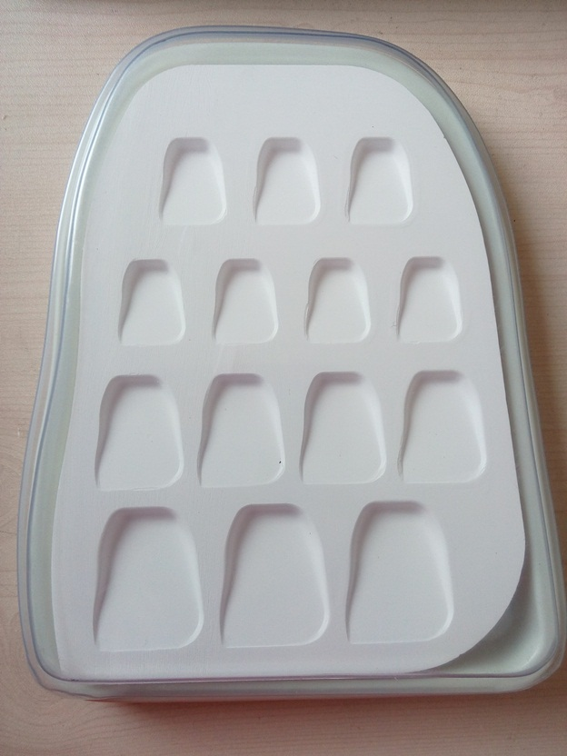 Porcelain Watering Plate, 14 Slants, with Cover